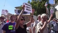 """Bundeskanzlerin Merkel in Prag von """"Merkel muss weg"""" Demonstration empfangen"""